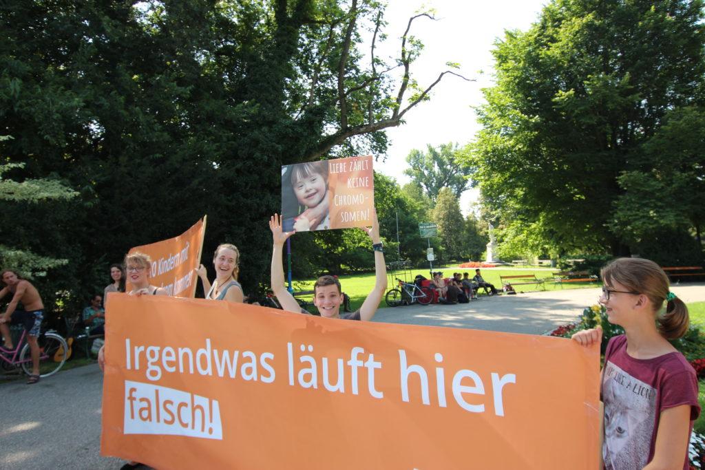 Am Grazer Platz für Menschenrechte fordern die Jugendlichen eine Gesellschaft und eine Politik, die jeden Menschen willkommen heißt.