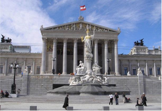 1024px-Austria_Parlament_Front-Ausschnitt